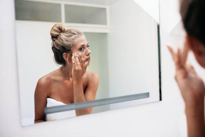 mulher-hidratando-pele-rosto