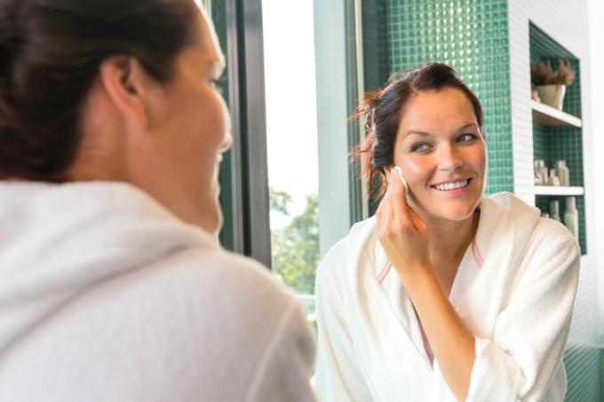 mulher-banheiro-espelho-creme