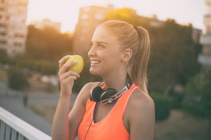 mulher-fitness-comendo-maca