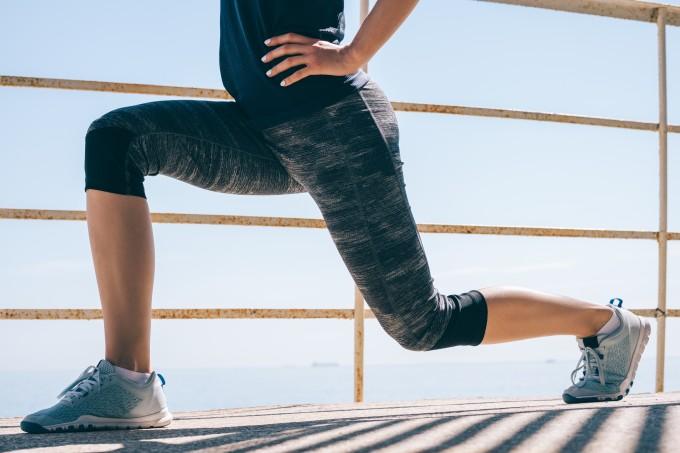 mulher-atletica-afundo