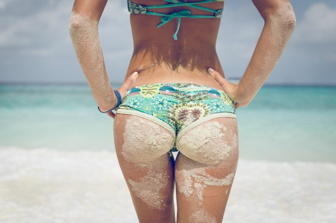 mulher-bumbum-areia