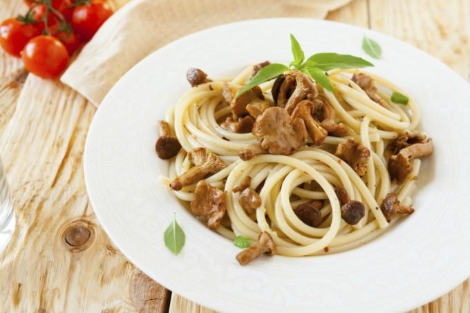 Espaguete de grão-de-bico com funghi secchi