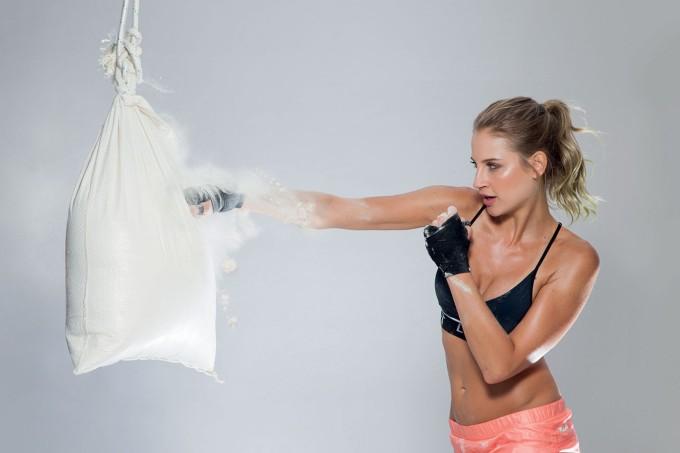 mulher-socando-saco-farinha