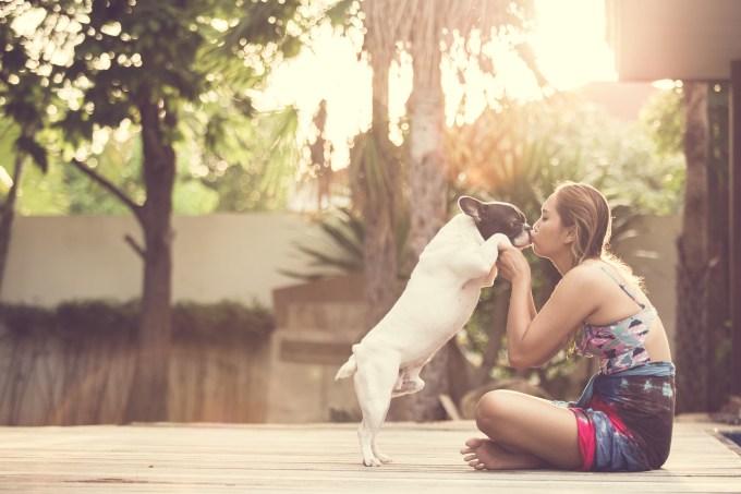 mulher-beijando-cachorro