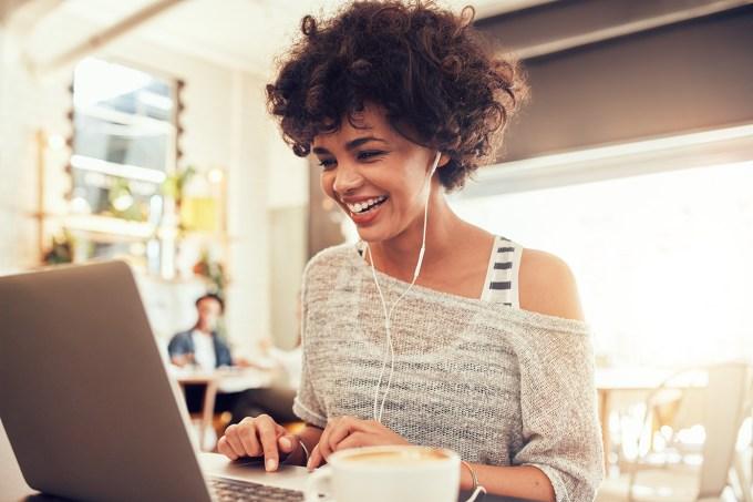 Mulher-sorrindo-para-o-computador