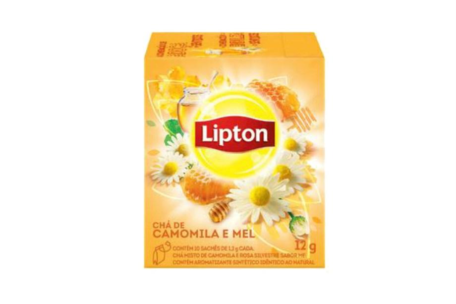 """<span class=""""s1"""">A Lipton, especializada em chás gelados, lançou uma linha quente. Camomila com mel, hortelã, frutas vermelhas e limão com gengibre são algumas das opções entre os 12 sabores disponíveis, a maioria com caloria zero (R$ 8,49, a caixinha com 30 sachês).<em>*Preços pesquisados em maio de 2017.</em></span>"""