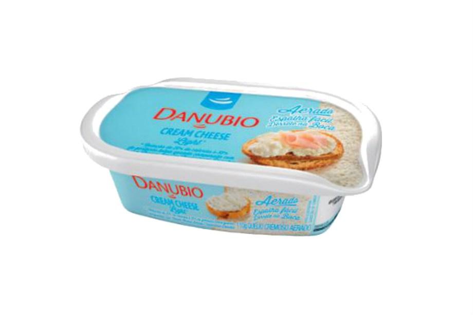 """<span class=""""s1"""">O Cream Cheese Aerado Light Danubio tem baixo teor de gordura e apenas 55 calorias em 1 colher de sopa (R$ 5,39, o potinho de 110 g). É mais macio e fácil de espalhar no pão que o tradicional.<em>*Preços pesquisados em maio de 2017.</em></span>"""