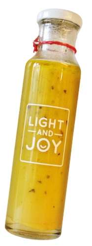 O Molho Salada Primavera, da<em>Light and Joy</em>, é livre de conservantes e oferece poucas calorias: 52 em 1 col. (sopa). Combina azeite extravirgem, água, mostarda, sucralose, limão, aceto balsâmico, ervas e sal rosa (R$24,50 o vidro com 250mL).
