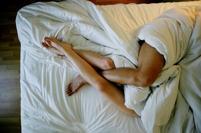 Casal-deitado-na-cama