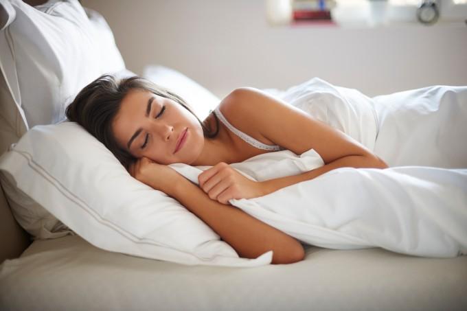 mulher-dormindo-cama