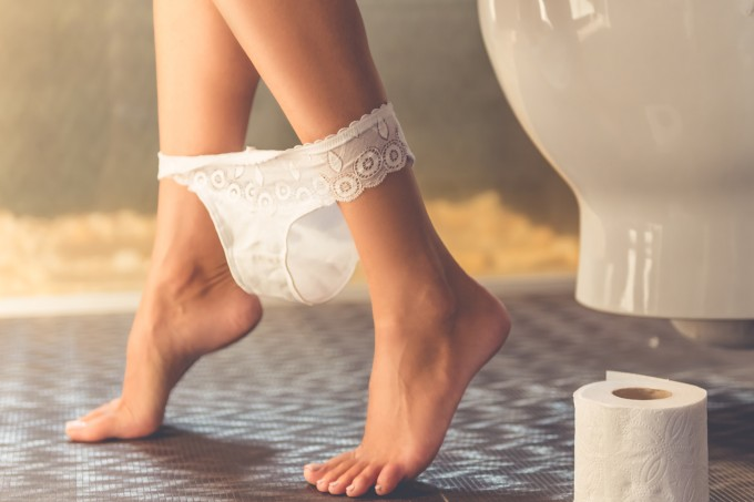mulher-sentada-vaso-sanitario