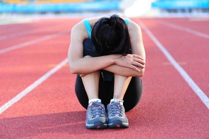 mulher-triste-pista-corrida
