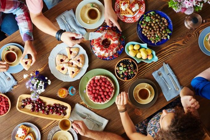 pessoas-comendo-mesa