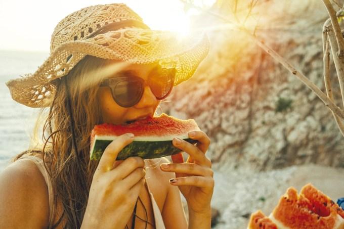 mulher-comendo-melancia