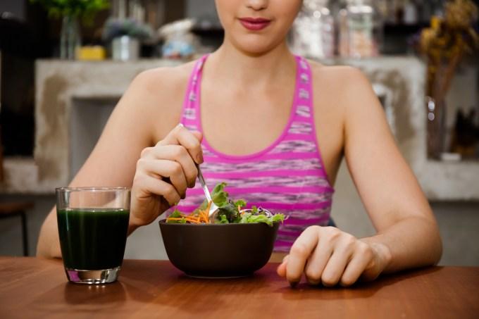 mulher-come-prato-de-salada