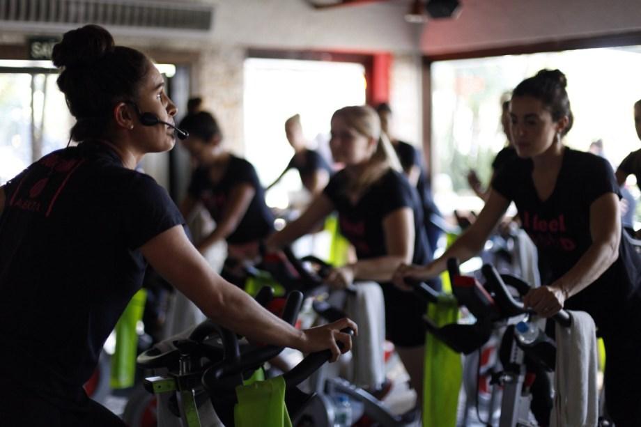 A professora Patricia Bardella lidera a aula de bike que animou as nossas convidadas.