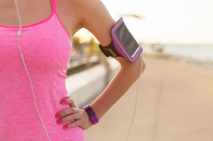 mulher-ouvindo-musica-exercicio