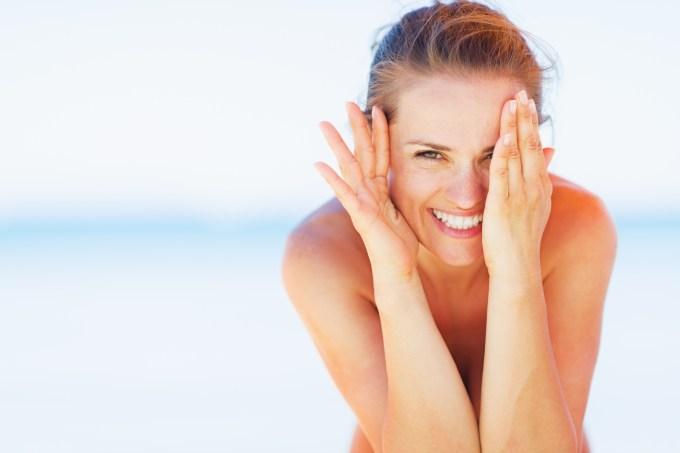 Mulher-sorrindo-praia