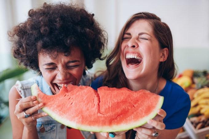 mulheres-comendo-melancia-rindo
