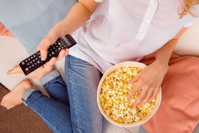 mulher-comendo-pipoca-tv