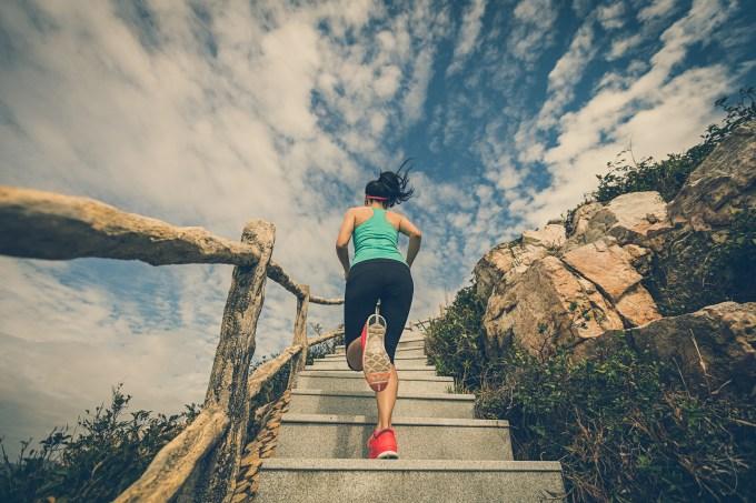 mulher-correndo-escada