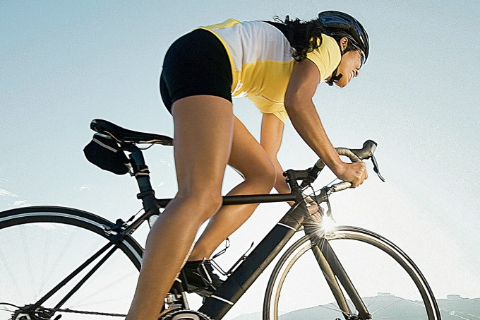 mulher-bicicleta-rua
