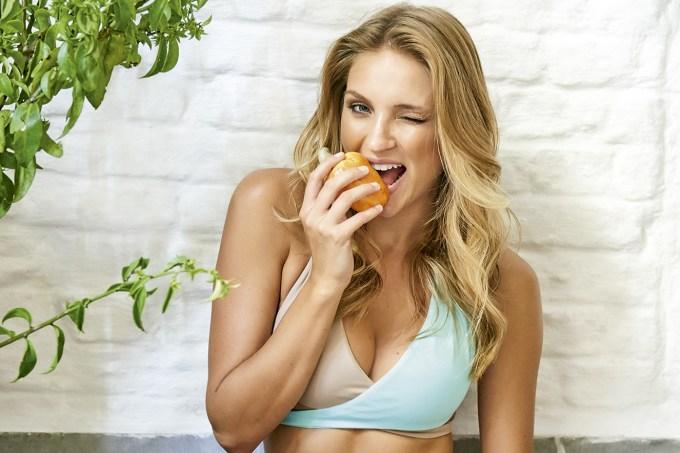 mulher-comendo-caju