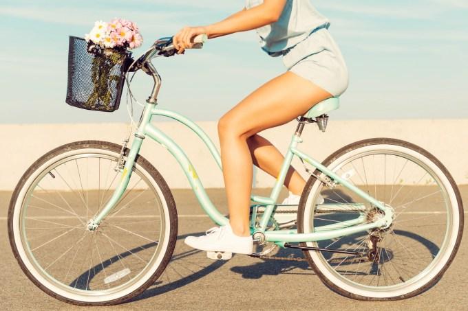 Moça andando de Bicicleta