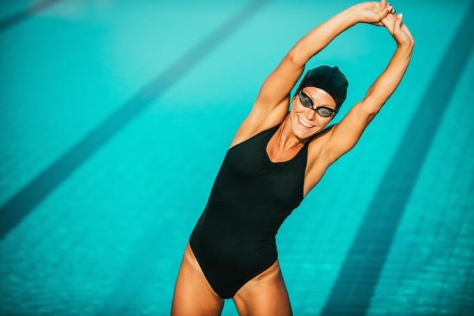 mulher-nadadora-alongando