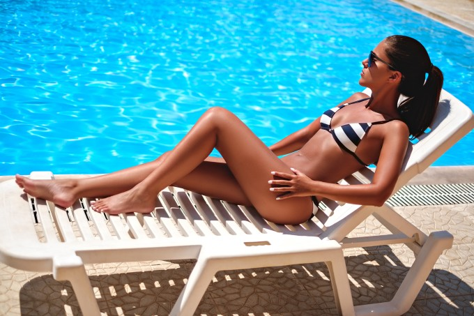 mulher-sol-cadeira-piscina