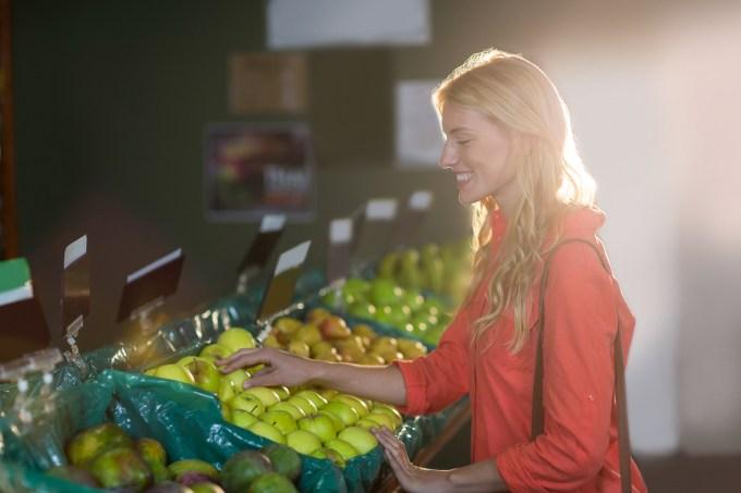 mulher-supermercado-dieta