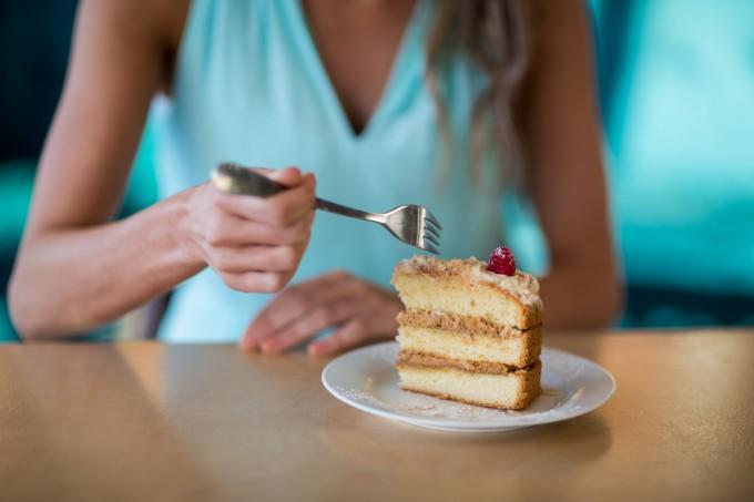 mulher-comendo-bolo