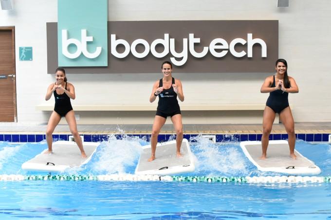 Acqua-float-mulheres-treino-prancha-piscina
