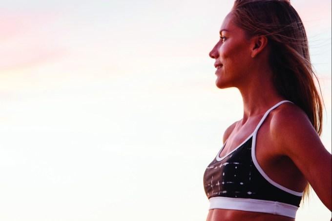 mulher-roupa-ginastica-olhando-por-do-sol