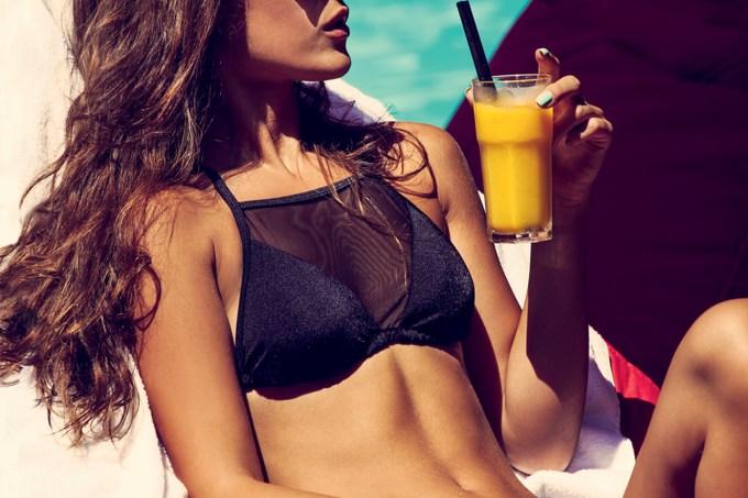 modelo-bebendo-suco-laranja