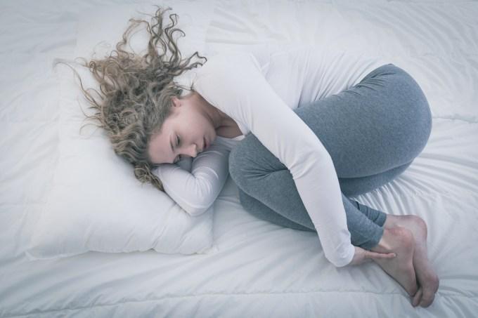 Mulher na cama com depressão