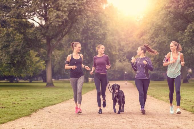 Mulheres correndo com cachorro