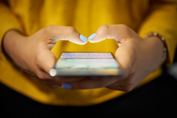 mulher-digitando-celular