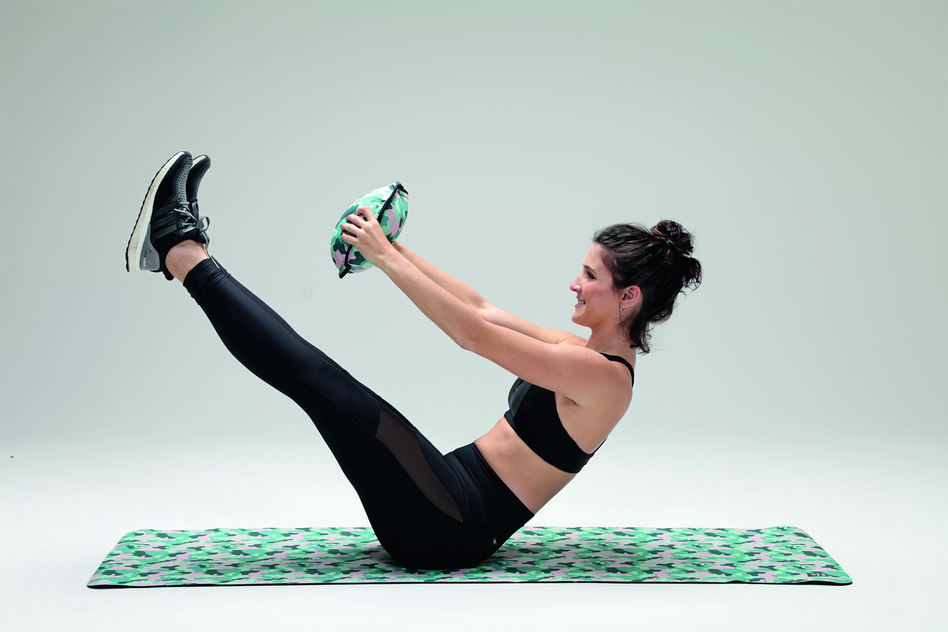 Exercício fitness abdominal canivete com peso da sand bag