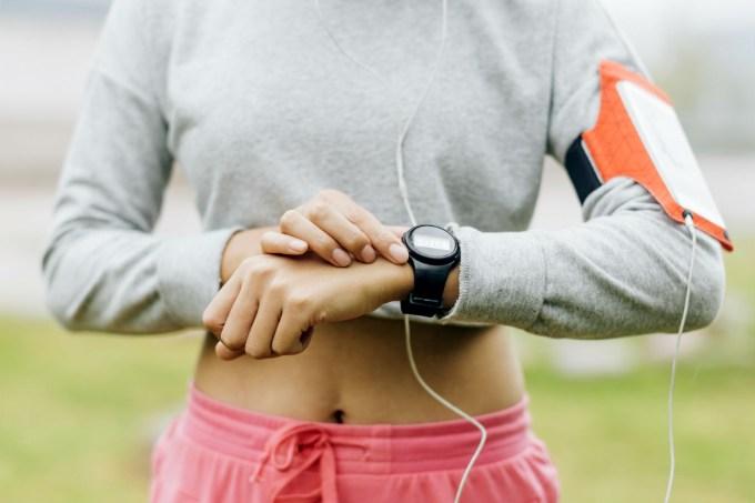 mulher-praticando-corrida