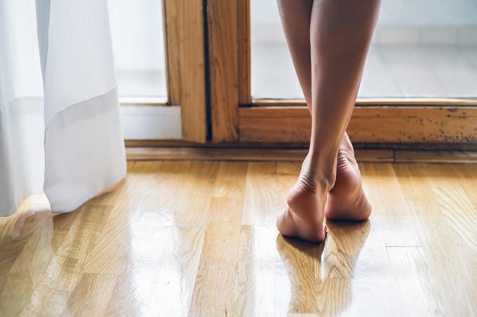 mulher-descalca