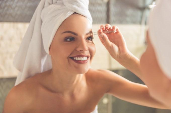 mulher-fazendo-sobrancelha-banho