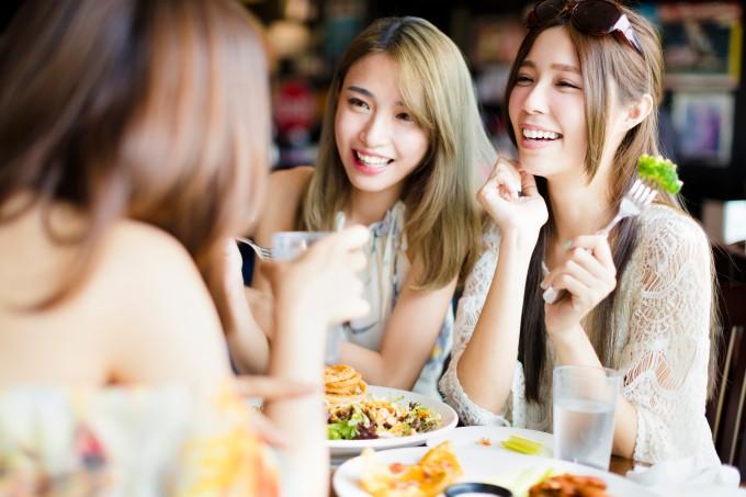 amigas-asiaticas-comendo