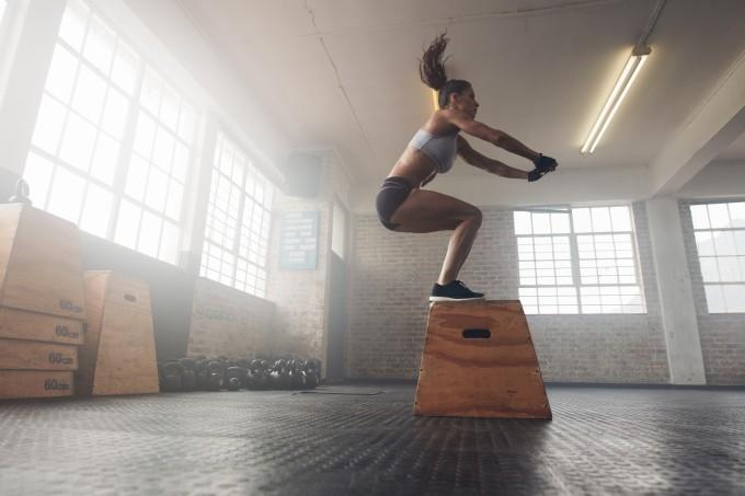 mulher-pulando-caixa-academia