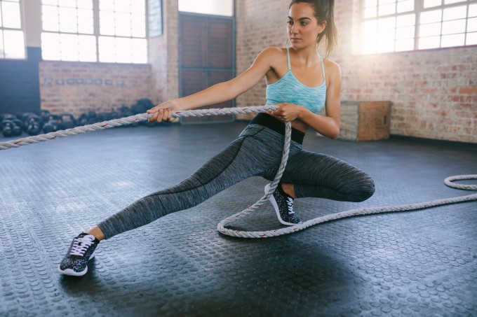 mulher-treino-funcional-corda