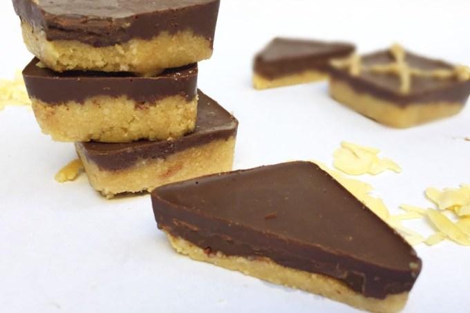 biscoito-cru-amendoas-chocolate