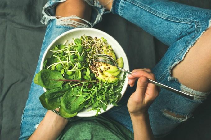 jantar-salada-mulher