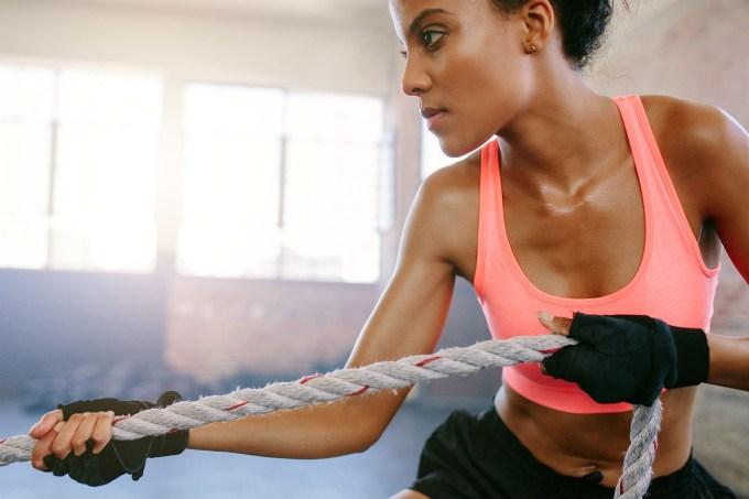 mulher treinando com corda