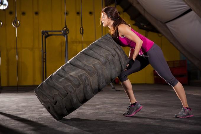 mulher-virando-pneu-crossfit