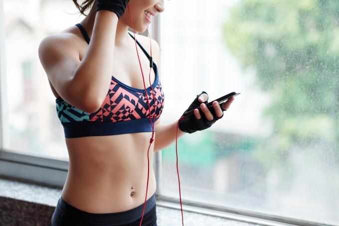 mulher-ouvindo-musica-treino